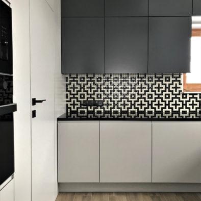 Trufle Mozaiki - czarno-biały wzór z kolekcji Modern Geo w kuchni