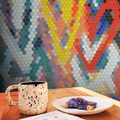 Trufle Mozaiki - kuchnia z malarskim, abstrakcyjnym wzorem z heksagonalnej mozaiki